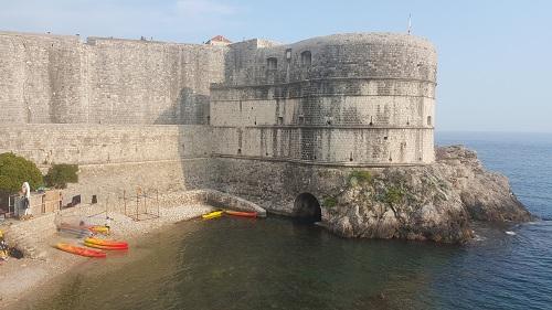 Hırvatistanın incisi Dubrovniktir. Şehrin manzaraları